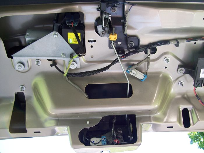 Gmc Sierra Fuel Door also Gmc C5500 Fuse Box together with 1n4he Rear Defroster Isn T Working Though Mirror Heaters Are Fuses moreover 2014 Silverado Bose   Wiring additionally 1997 Chevy Astro Power Window Wiring Diagram. on tailgate for chevy trailblazer wiring diagram